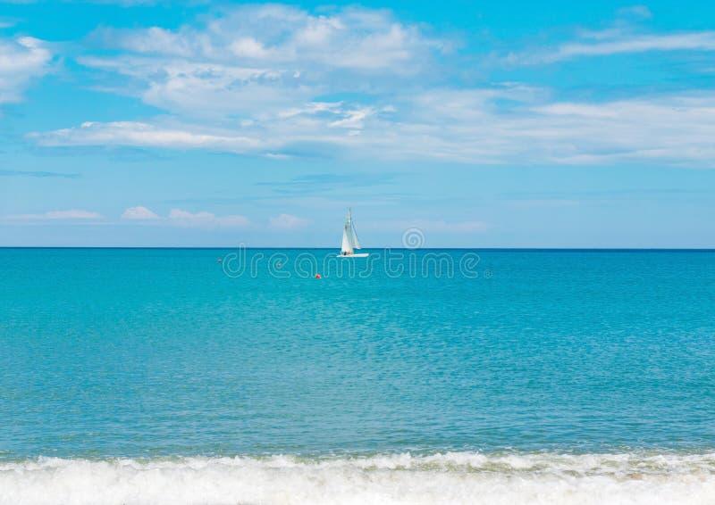Acqua sull'orizzonte, sport dell'oceano del mare di navigazione dell'yacht della barca a vela di estate immagine stock libera da diritti