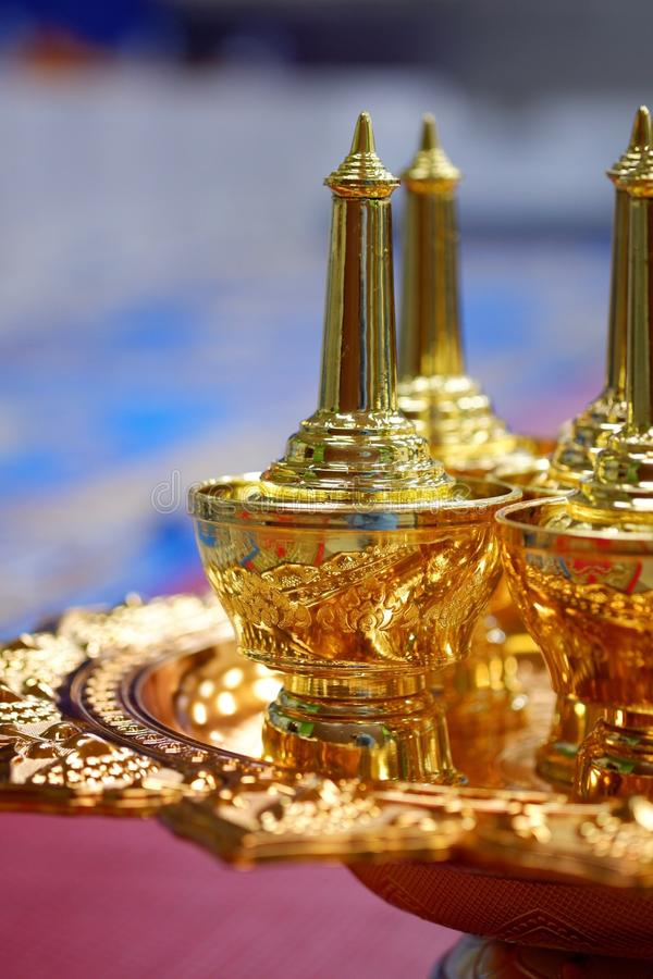 Acqua tailandese del contenitore dell'oro di stile immagini stock