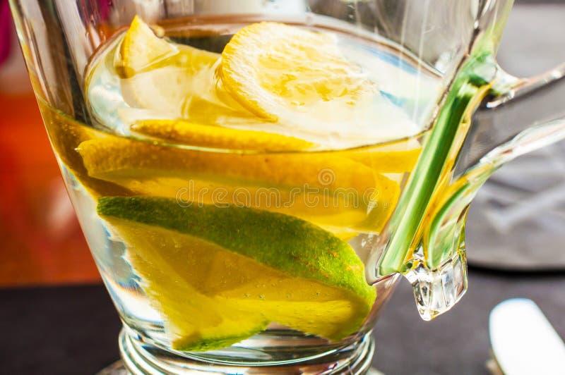 Acqua termale sana con frutta immagini stock