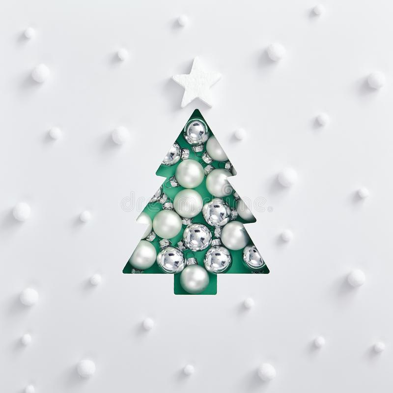 Acqua trendy: l'albero di xmas fatto di bauble bianco e argento fotografia stock libera da diritti