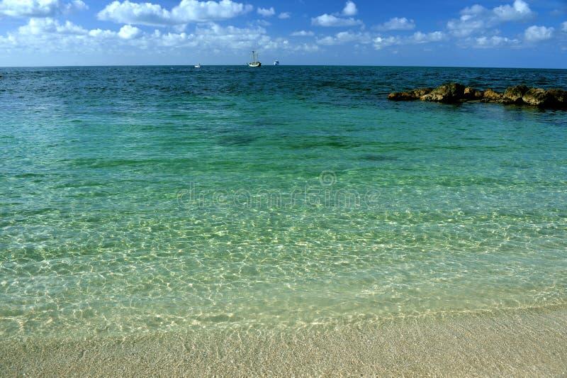 Acqua tropicale bassa e spiaggia sabbiosa fotografia stock libera da diritti