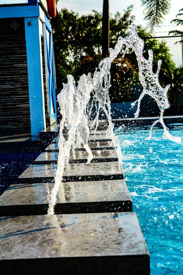 Acqua, vacanza, gocce, cadute, fontana, località di soggiorno, acqua blu, alberi, struttura, Rizal immagine stock