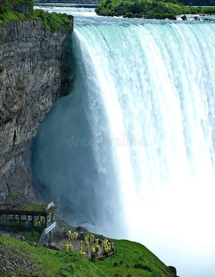 Acqua vaporizzata da milioni di spruzzo d'acqua della cascata Bello cascate del Niagara un chiaro giorno soleggiato Vicino alla g fotografie stock libere da diritti