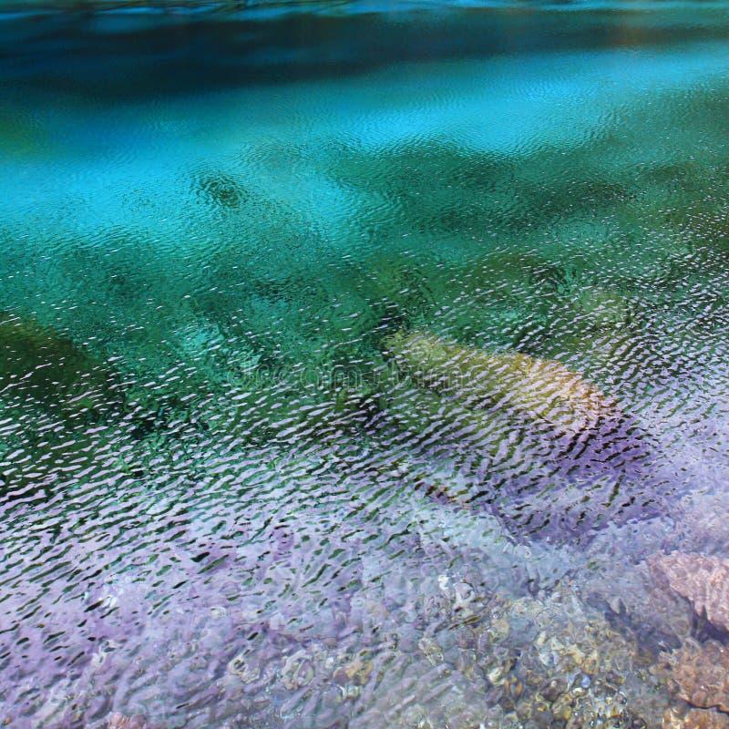 Acqua variopinta in vento chiaro fotografie stock libere da diritti