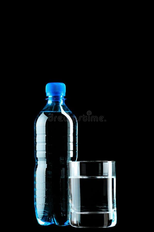 Acqua in vetro ed in una bottiglia fotografia stock libera da diritti
