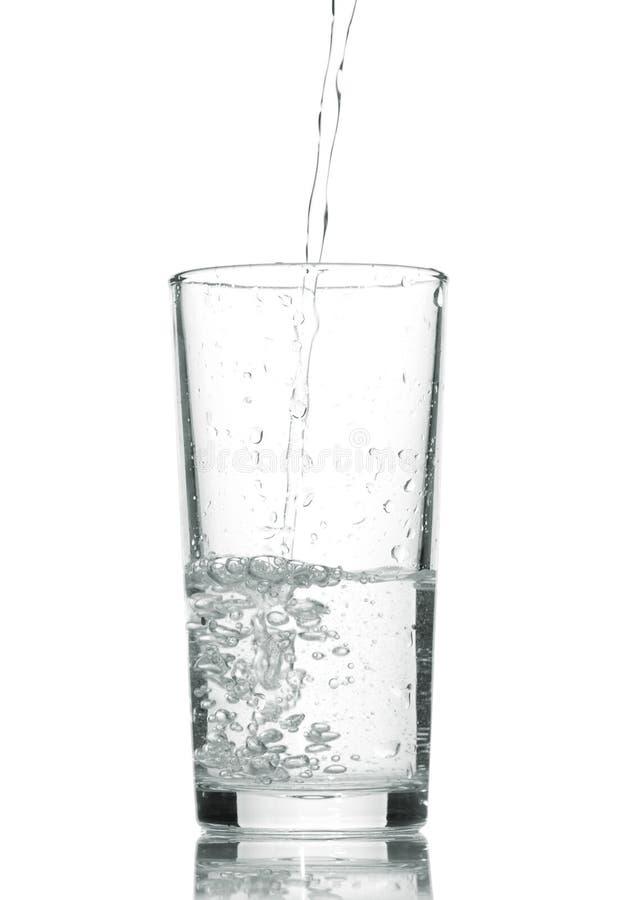 Acqua in vetro isolato su bianco immagini stock