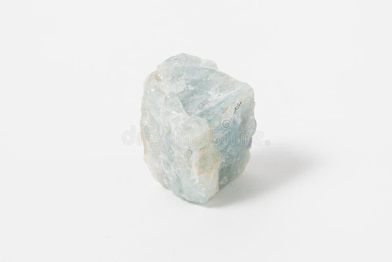 Acquamarina del minerale metallifero su fondo bianco Varietà di Beryl immagine stock