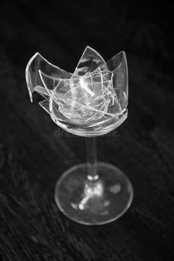 Acquasantiera rotta trasparente su un fondo scuro grigio grande numero dei frammenti di vetro immagine stock