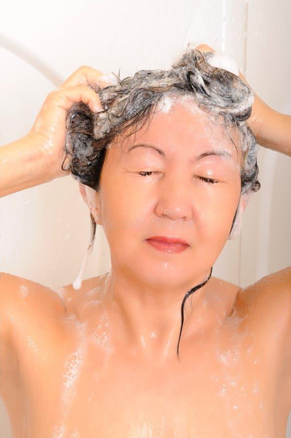 Acquazzone dei capelli dello sciampo fotografia stock libera da diritti