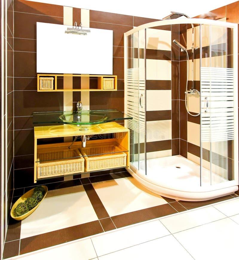 Acquazzone della stanza da bagno del Brown fotografie stock