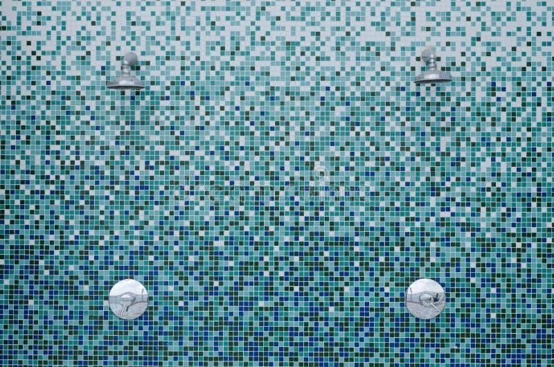Acquazzoni sulle mattonelle di mosaico immagini stock libere da diritti