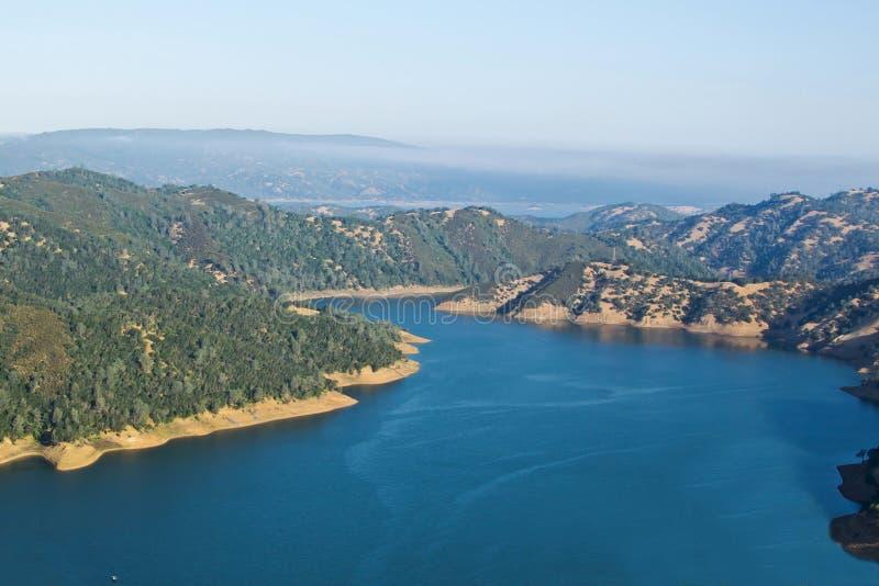 Acque blu del lago Berryessa immagini stock libere da diritti