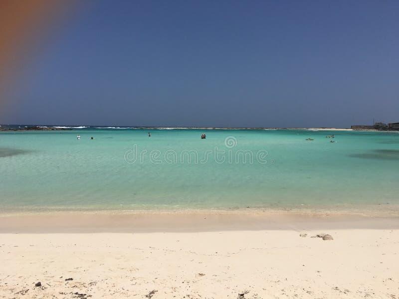 Acque cristalline della spiaggia del bambino in Aruba fotografie stock libere da diritti