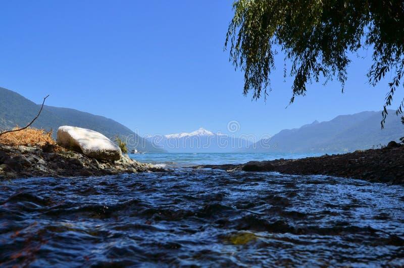Acque del fiordo e vulcano blu nella Patagonia, Cile fotografia stock