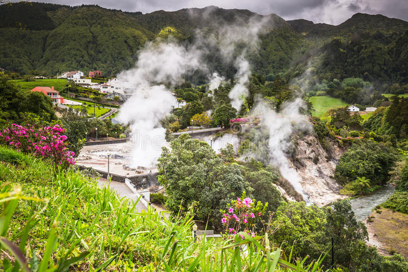 Acque della sorgente di acqua calda in Furnas, sao Miguel azores portugal fotografia stock