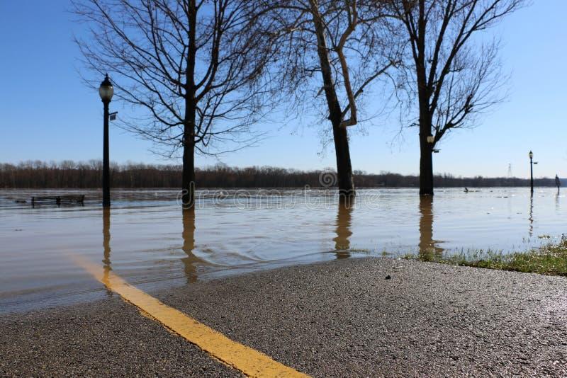 Acque di inondazione del fiume Ohio sopra la strada nell'aurora, Indiana immagini stock