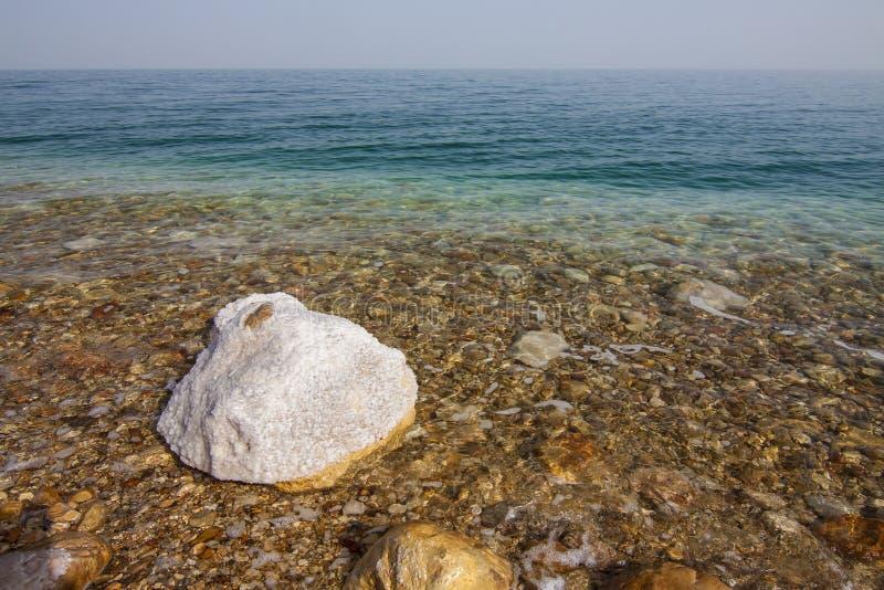 Acque e pietre del mar Morto coperte da sale di cristallo fotografia stock