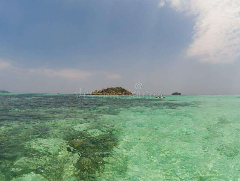 acque tropicali cristalline - fondo di festa immagini stock libere da diritti