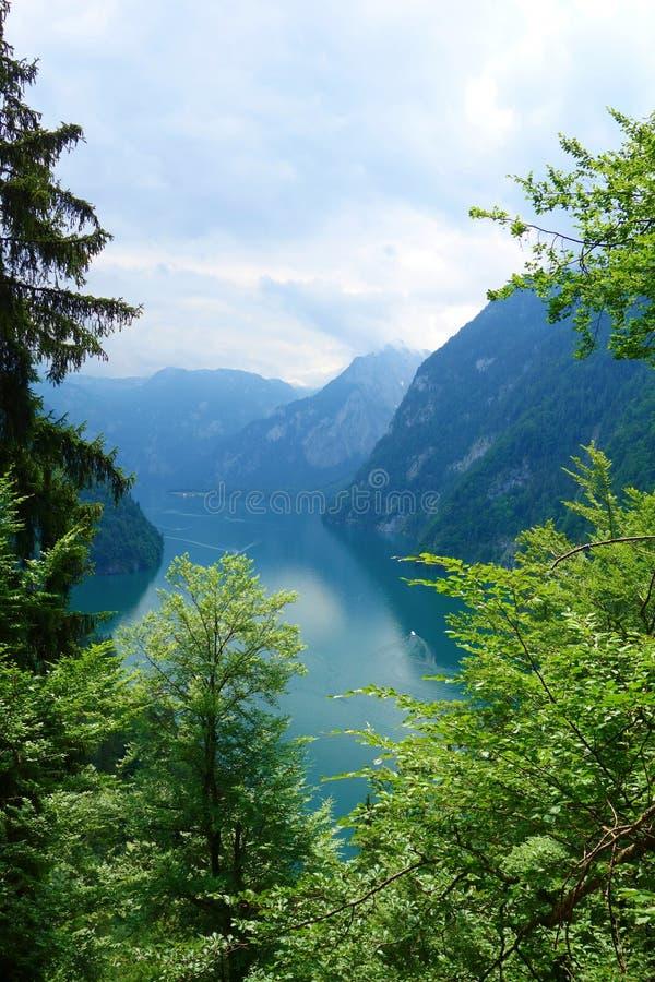 Acque variopinte sbalorditive di Konigsee conosciute come il ` s della Germania più profondo ed il lago più pulito, situato nel p immagini stock libere da diritti