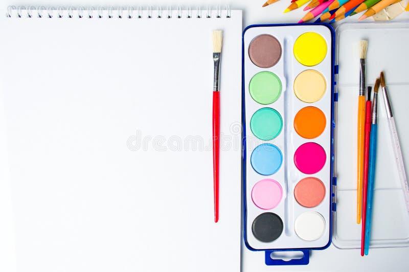 acquerelli che dipingono insieme con le spazzole fotografia stock