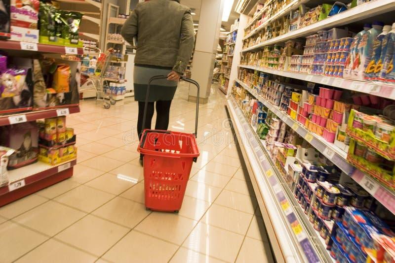 Acquistando nel supermercato 2 immagine stock
