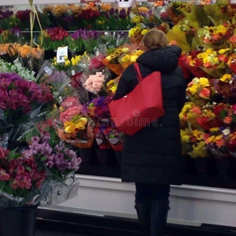 Acquistando per i fiori immagine stock