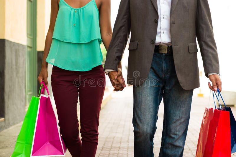 Acquisto afroamericano delle coppie con le borse in Panamá fotografia stock libera da diritti