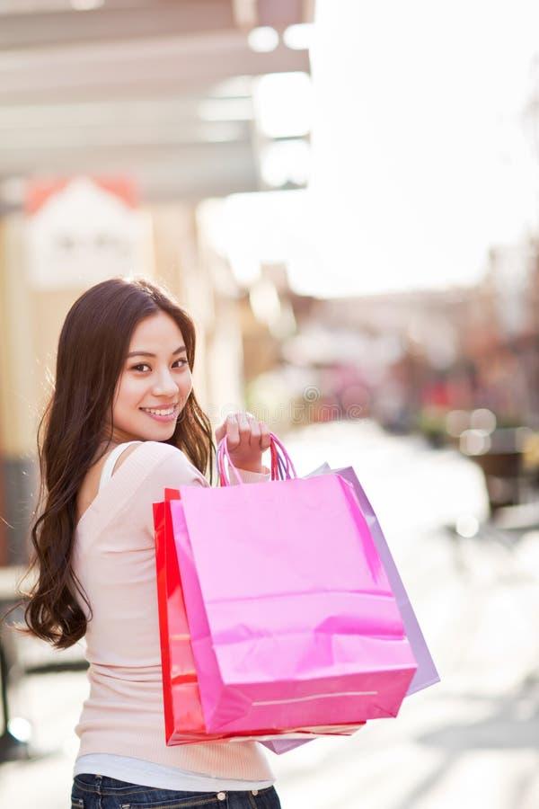 Acquisto asiatico della donna immagini stock libere da diritti