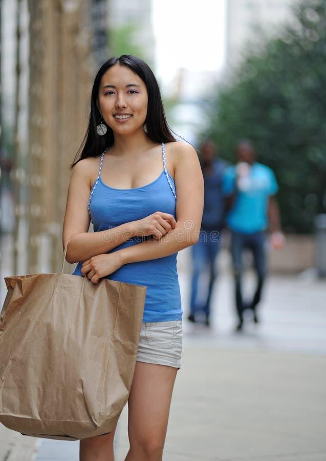 Acquisto asiatico della donna nella città immagini stock libere da diritti
