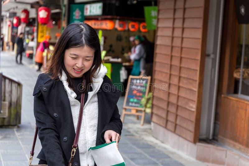 Acquisto asiatico della ragazza nel mercato di prodotti freschi fotografia stock libera da diritti