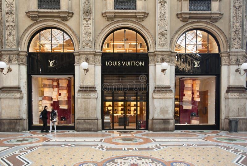 ACQUISTO: Boutique di Louis Vuitton, Milano fotografia stock libera da diritti