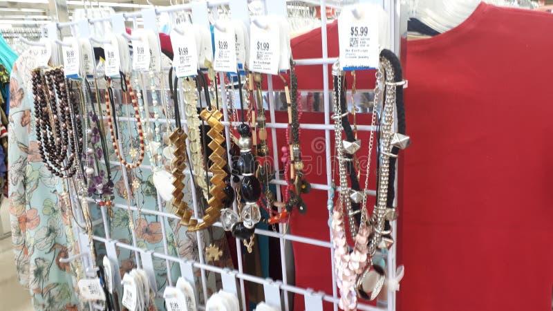 Acquisto d'annata della collana ad un negozio dell'usato fotografie stock