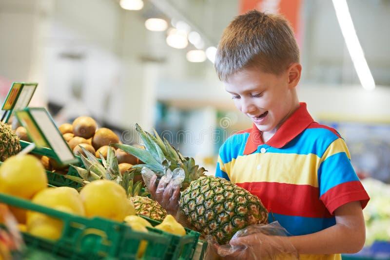 Acquisto del bambino al supermercato immagine stock