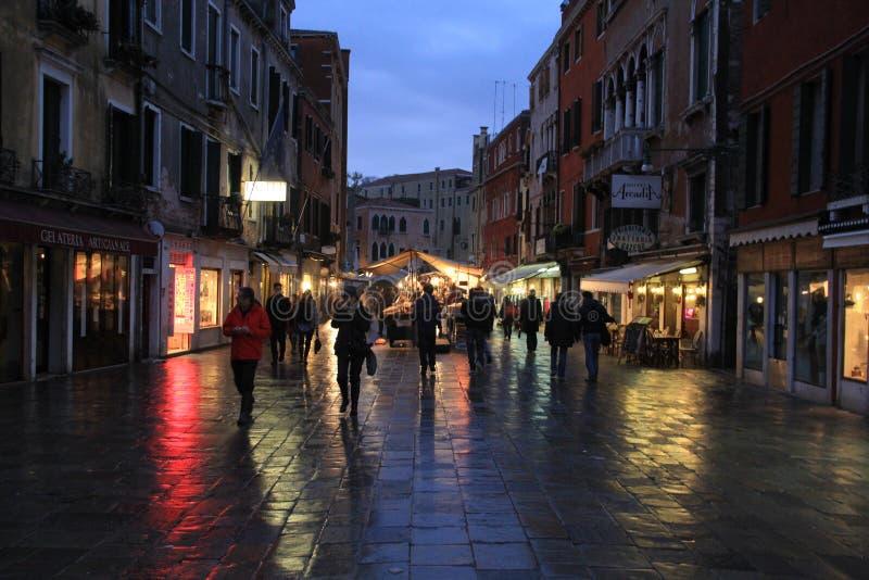 Acquisto del mercato a Venezia, Italia fotografia stock libera da diritti