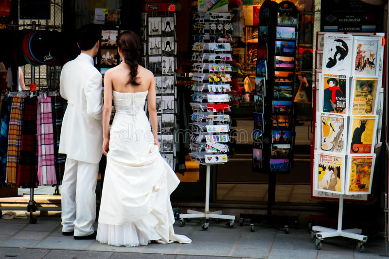 Acquisto del ricordo dopo Wedding a Parigi immagini stock