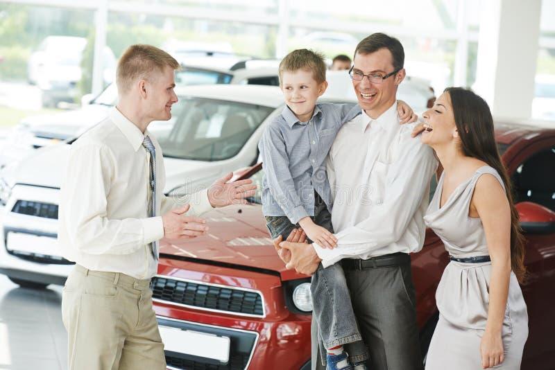 Acquisto dell'automobile Famiglia che compra automobile automatica fotografie stock libere da diritti