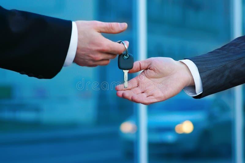 Acquisto dell'automobile nuova nell'esposizione automatica o in salone immagini stock libere da diritti