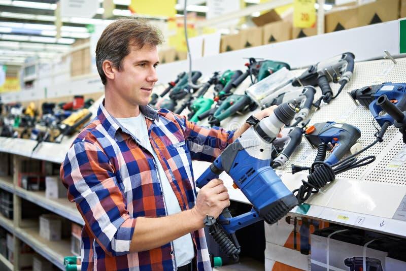 Acquisto dell'uomo per il perforatore in ferramenta fotografia stock