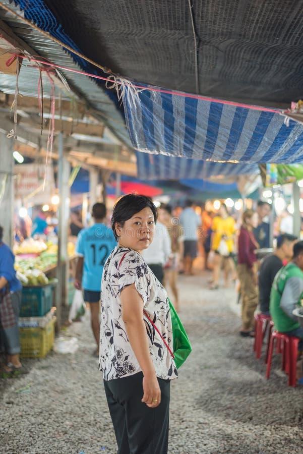 Acquisto della donna al mercato tailandese dell'alimento della via immagini stock