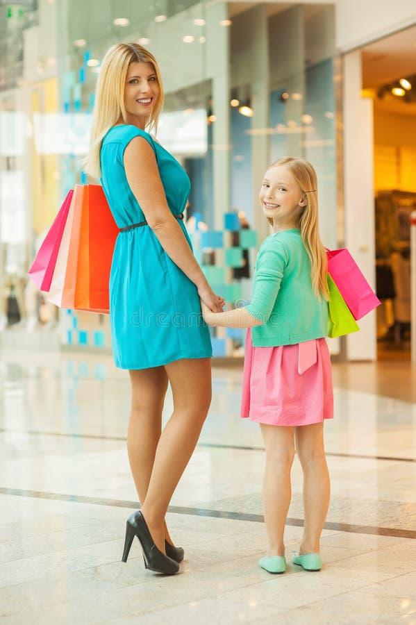 Acquisto della figlia e della madre. fotografie stock libere da diritti