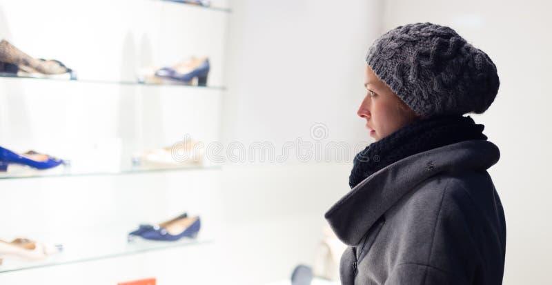 Acquisto della finestra della donna fotografie stock