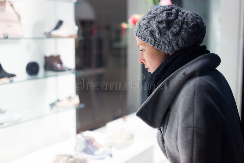 Acquisto della finestra della donna immagine stock