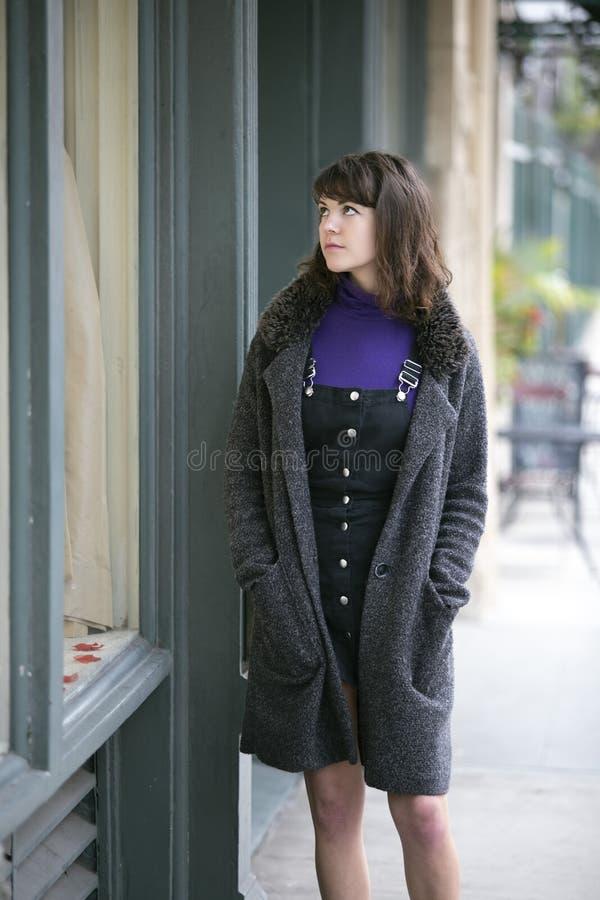 Acquisto della finestra della donna per un vestito fotografia stock libera da diritti