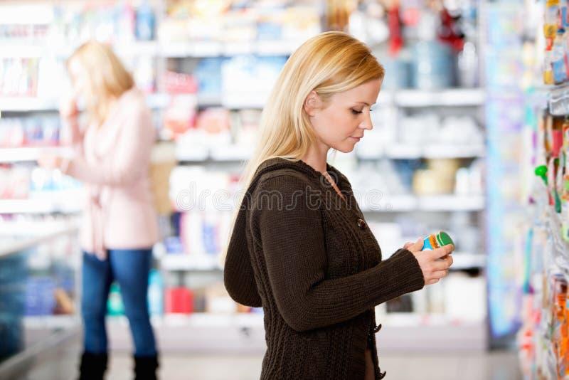 Acquisto della giovane donna nel supermercato immagine stock libera da diritti