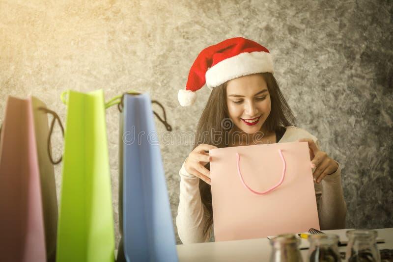 Acquisto della ragazza sul giorno di Natale o sul tempo di vendita di natale immagine stock