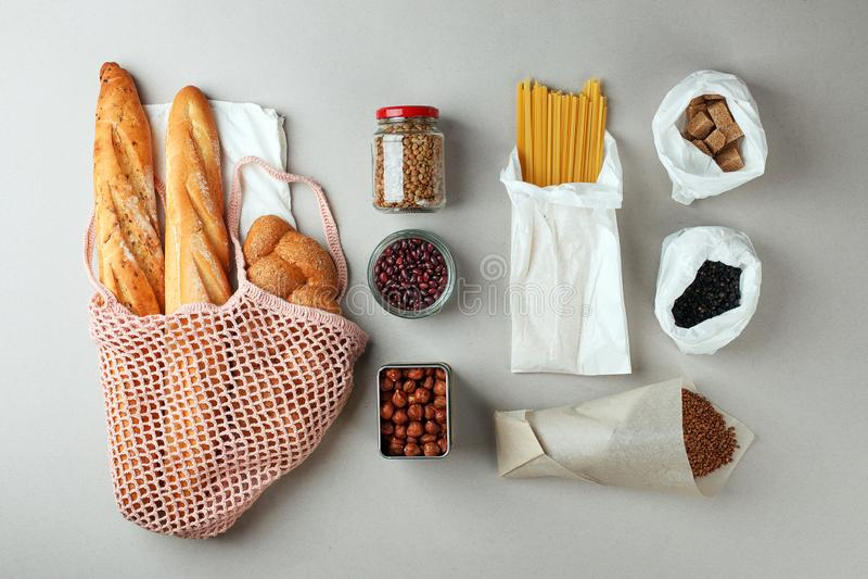 Acquisto di alimento residuo zero borse naturali di eco e barattolo di vetro con alimento, eco amichevole, disposizione piana Con fotografia stock