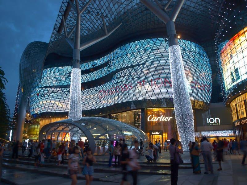 Acquisto di notte a Singapore fotografia stock