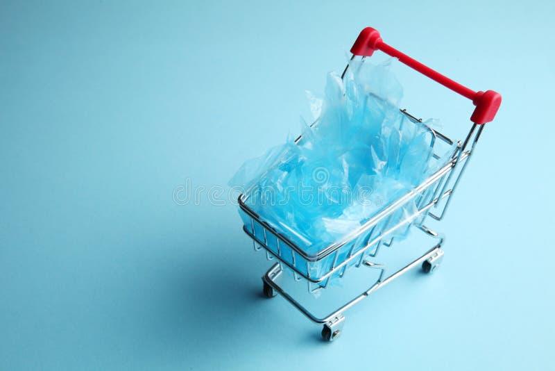 Acquisto di plastica, carrello caricato con i sacchetti di plastica immagine stock