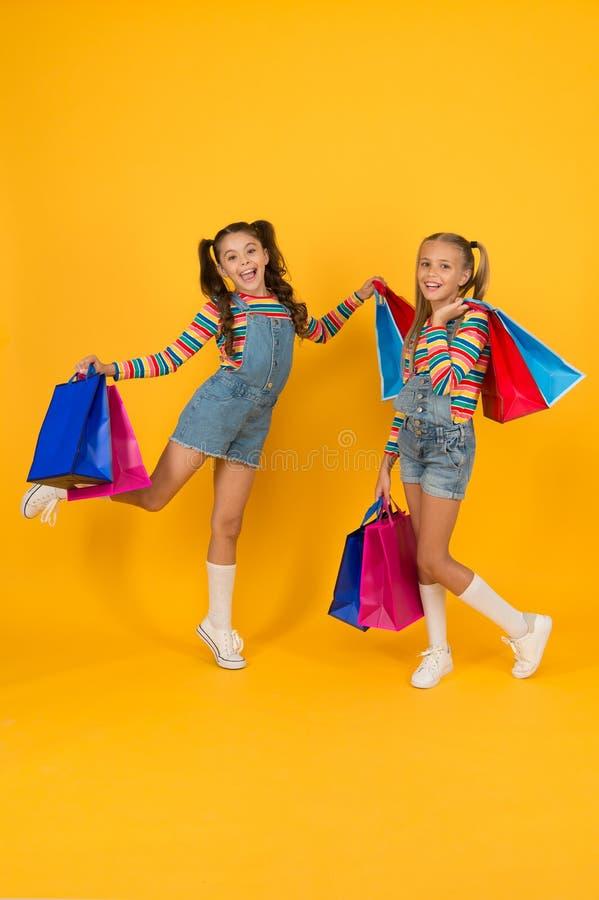 Acquisto estivo Concetto per il consumatore acquirente Vendita totale La moda dei bambini Risparmio di ferie Acquisto a domicilio immagine stock libera da diritti