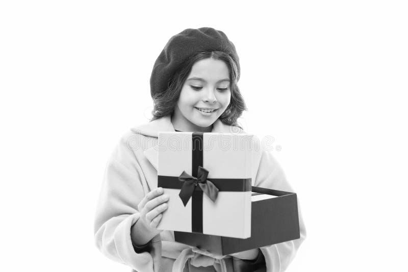 Acquisto felice Il giorno dei bambini Stile della Francia modo della molla e di bellezza bambino con la scatola attuale ragazza p fotografia stock